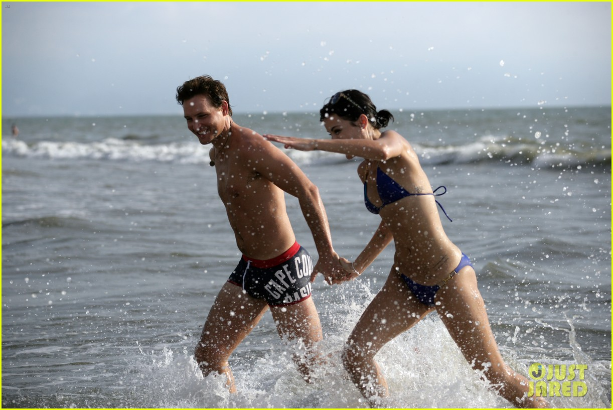 peter facinelli jaimie alexander bare beach bods in mexico 01