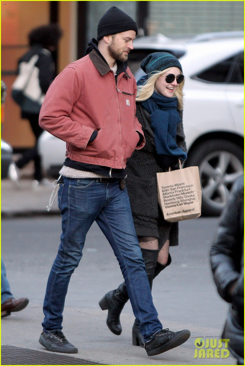 dakota fanning boyfriend jamie stratchan walk arm in arm in new york city 09