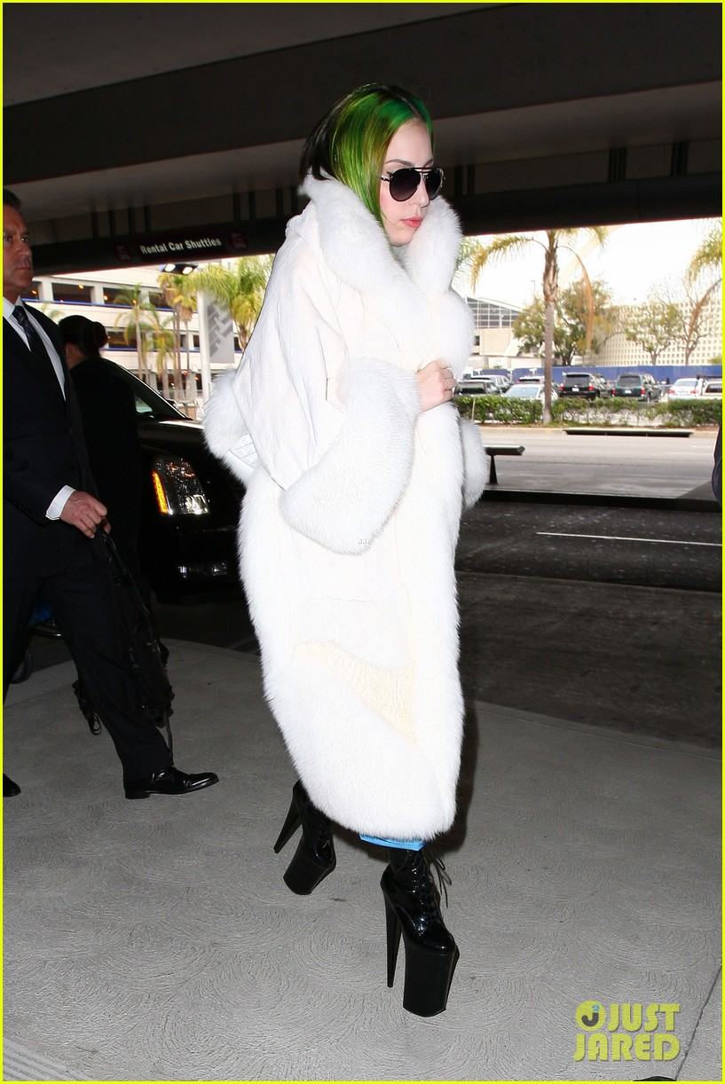 lady gaga flies out after voice duet with christina aguilera 073014330