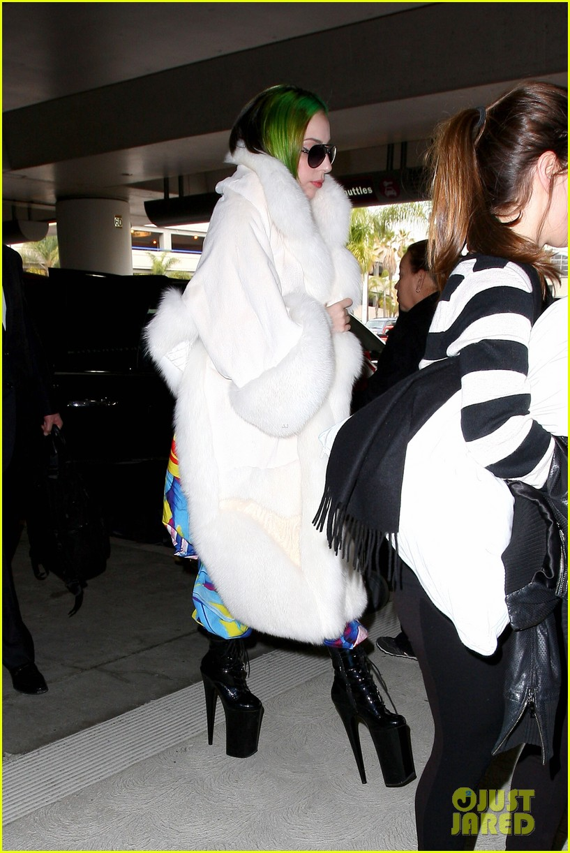 lady gaga flies out after voice duet with christina aguilera 213014344