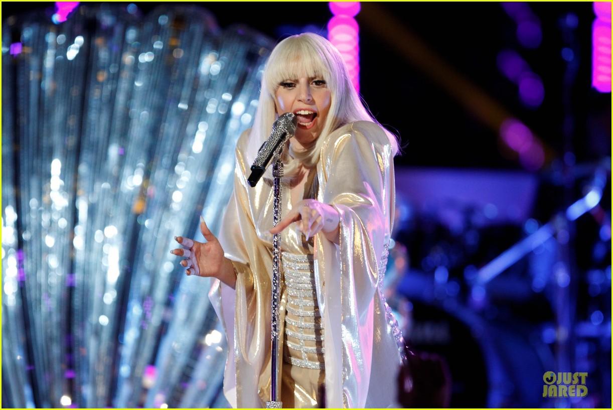 Hoy en The Voice: Xtina y Lady Gaga juntas en el mismo escenario - Página 6 Lady-gaga-christina-aguilera-do-what-u-want-02