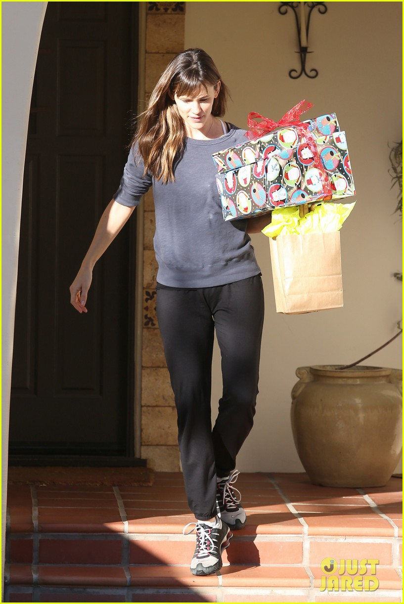 jennifer garner gets ready for christmas picks up gifts 07