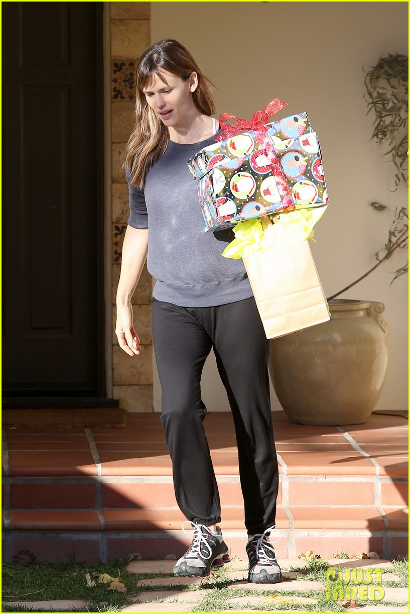 jennifer garner gets ready for christmas picks up gifts 10