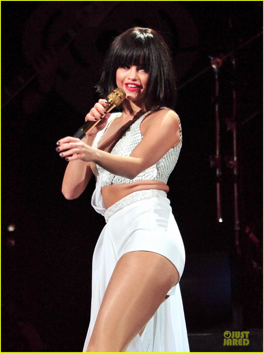 selena gomez sports wig for 1061 kiss fm jingle ball 02
