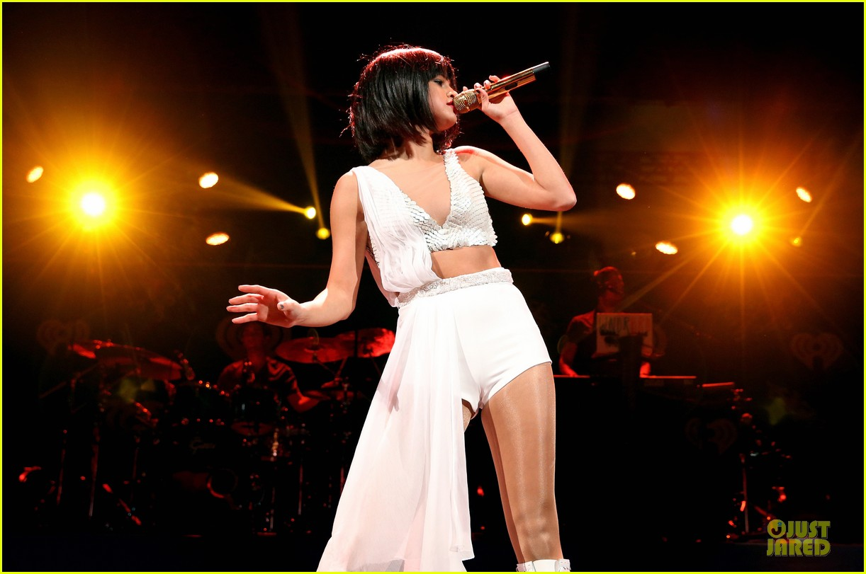 selena gomez sports wig for 1061 kiss fm jingle ball 16
