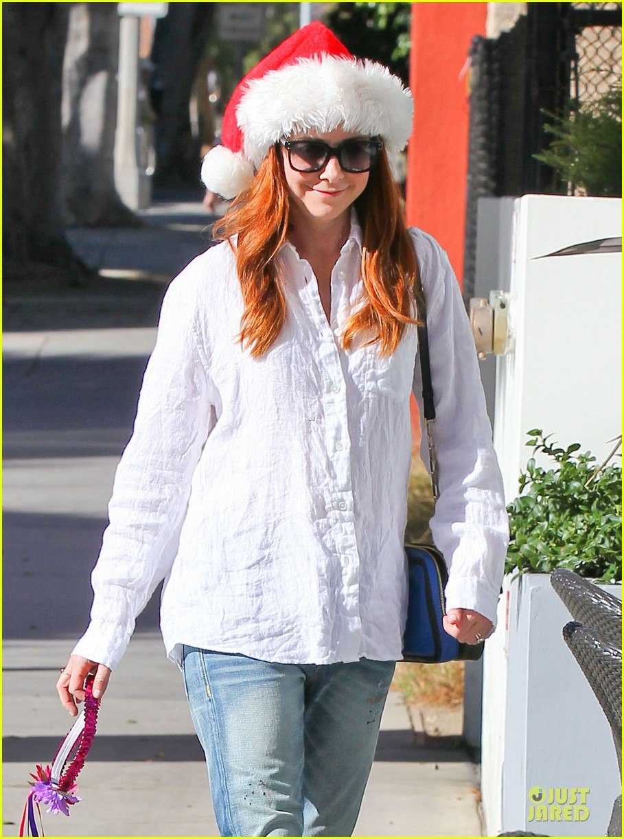 alyson hannigan sports santa hat on christmas eve 02