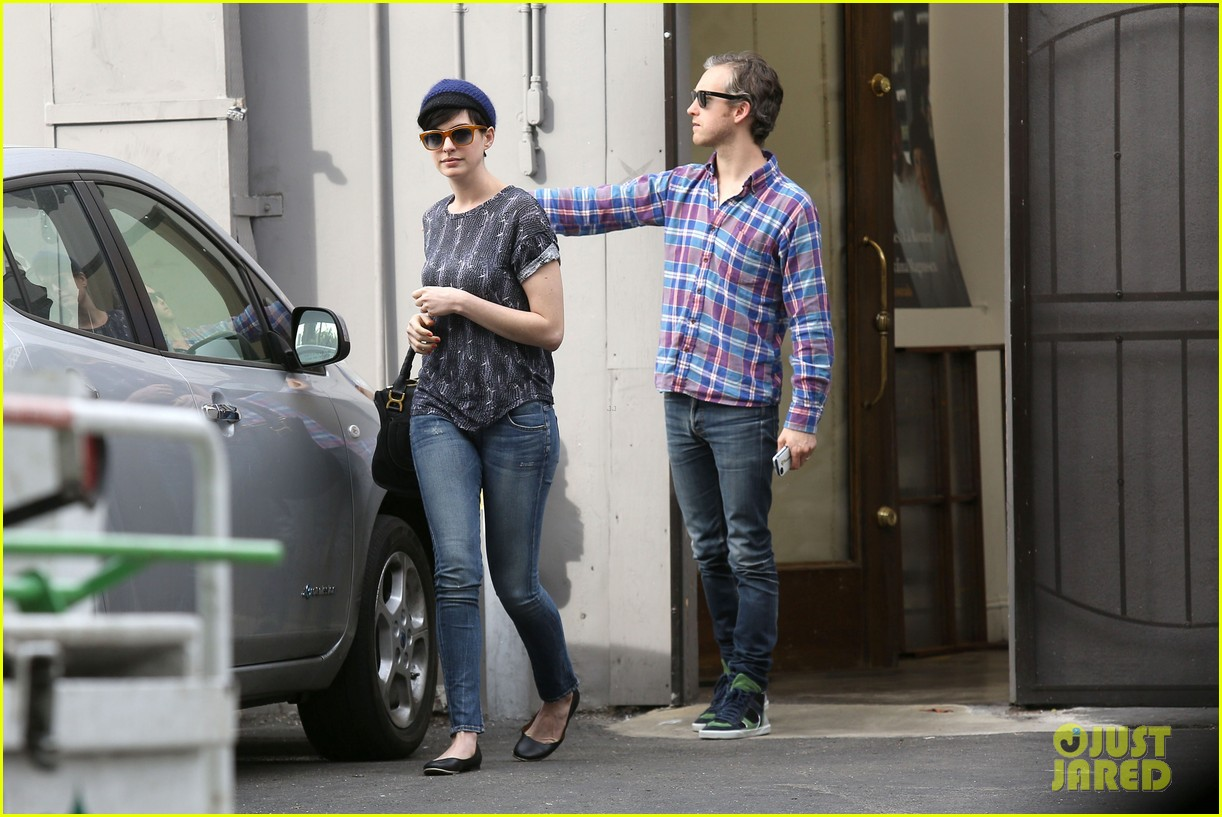 anne hathaway adam shulman flat tire after meal 073004165