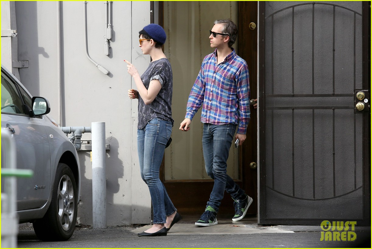 anne hathaway adam shulman flat tire after meal 103004168