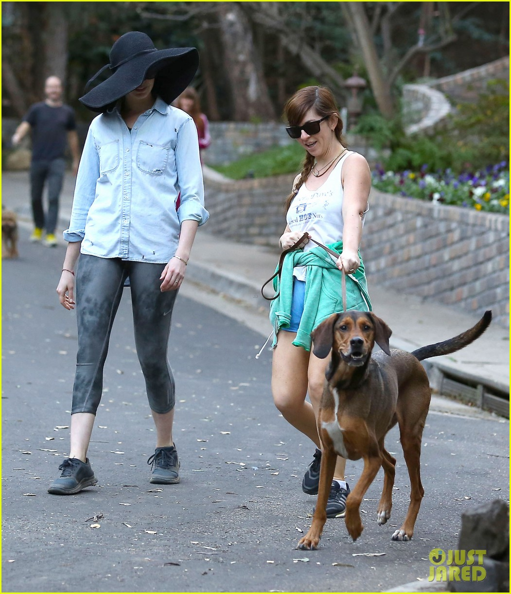anne hathaway hides under floppy hat in los angeles 113019880