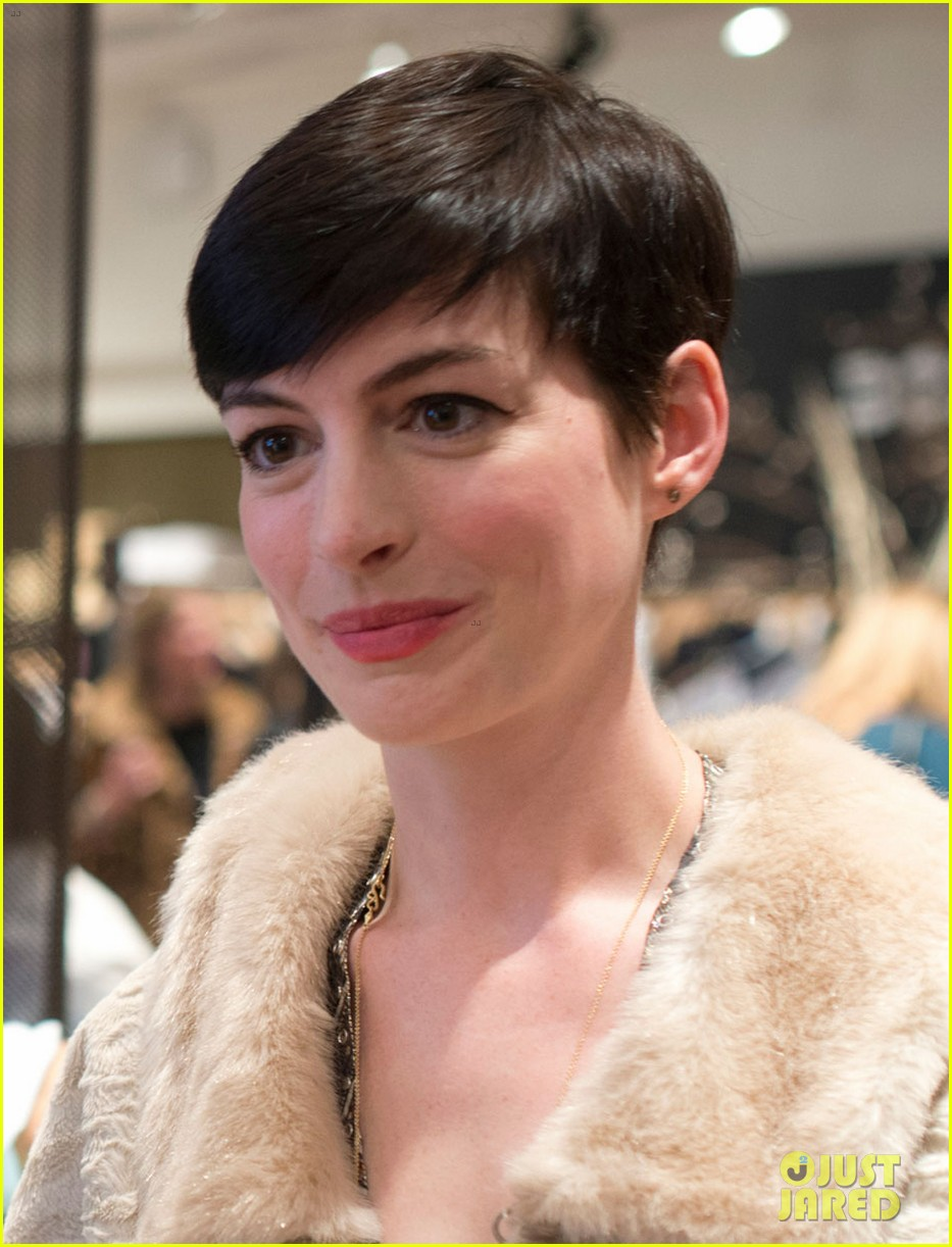 anne hathaway is a supportive wife at husband adam shulmans jewelry launch 04