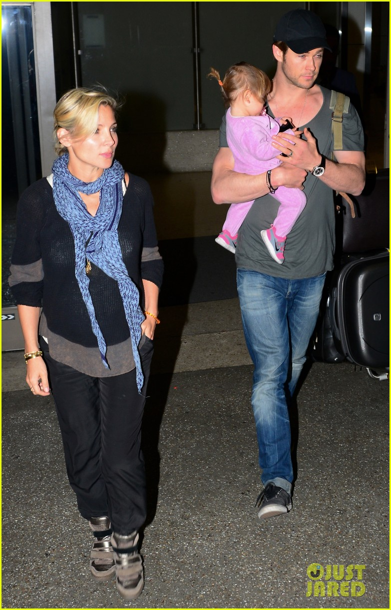 chris hemsworth carries india in his huge arms at lax 01