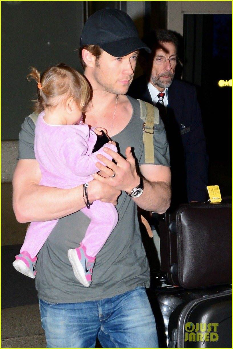 chris hemsworth carries india in his huge arms at lax 04