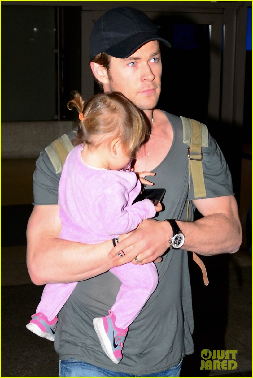 chris hemsworth carries india in his huge arms at lax 21