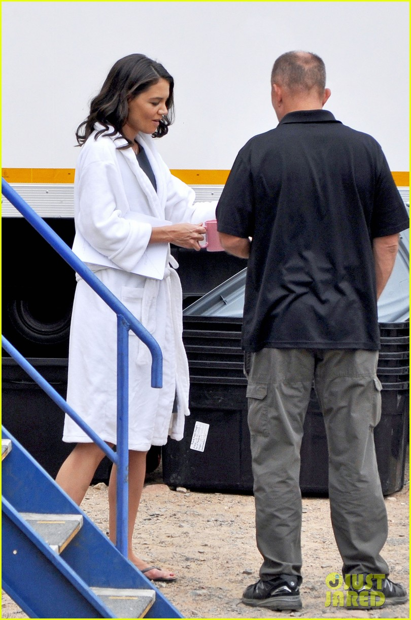 katie holmes films the giver with bow in her hair 03