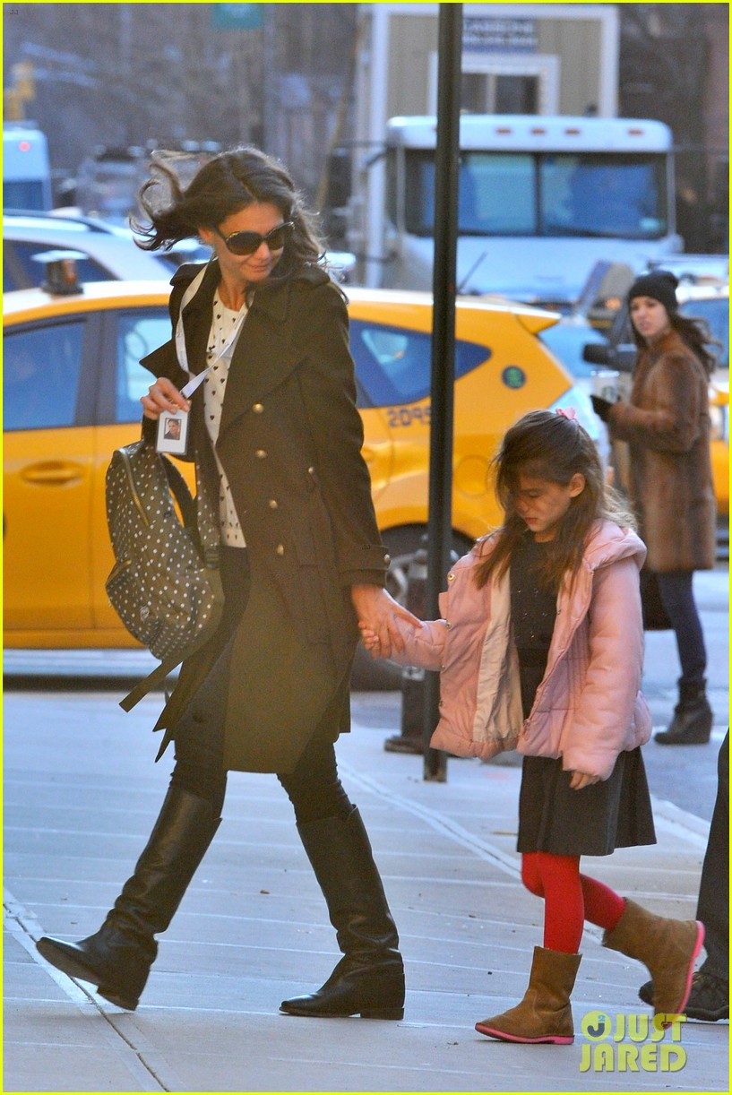 katie holmes early morning drop off with suri 04
