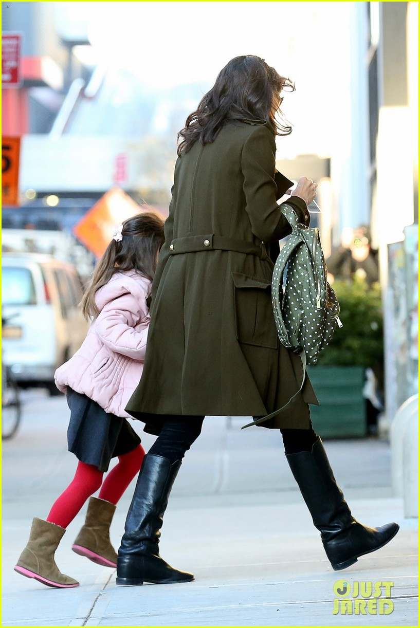 katie holmes early morning drop off with suri 07
