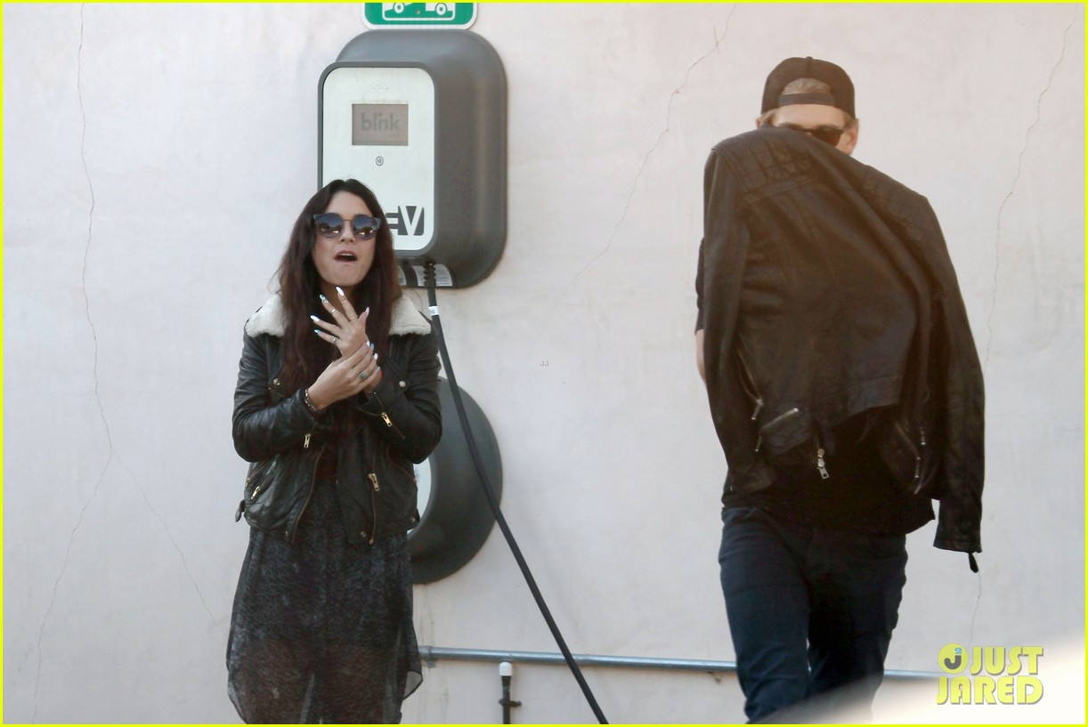 vanessa hudgens austin butler lunchin lovebirds in venice 17