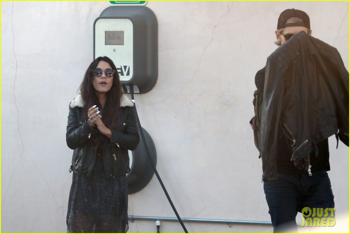 vanessa hudgens austin butler lunchin lovebirds in venice 35