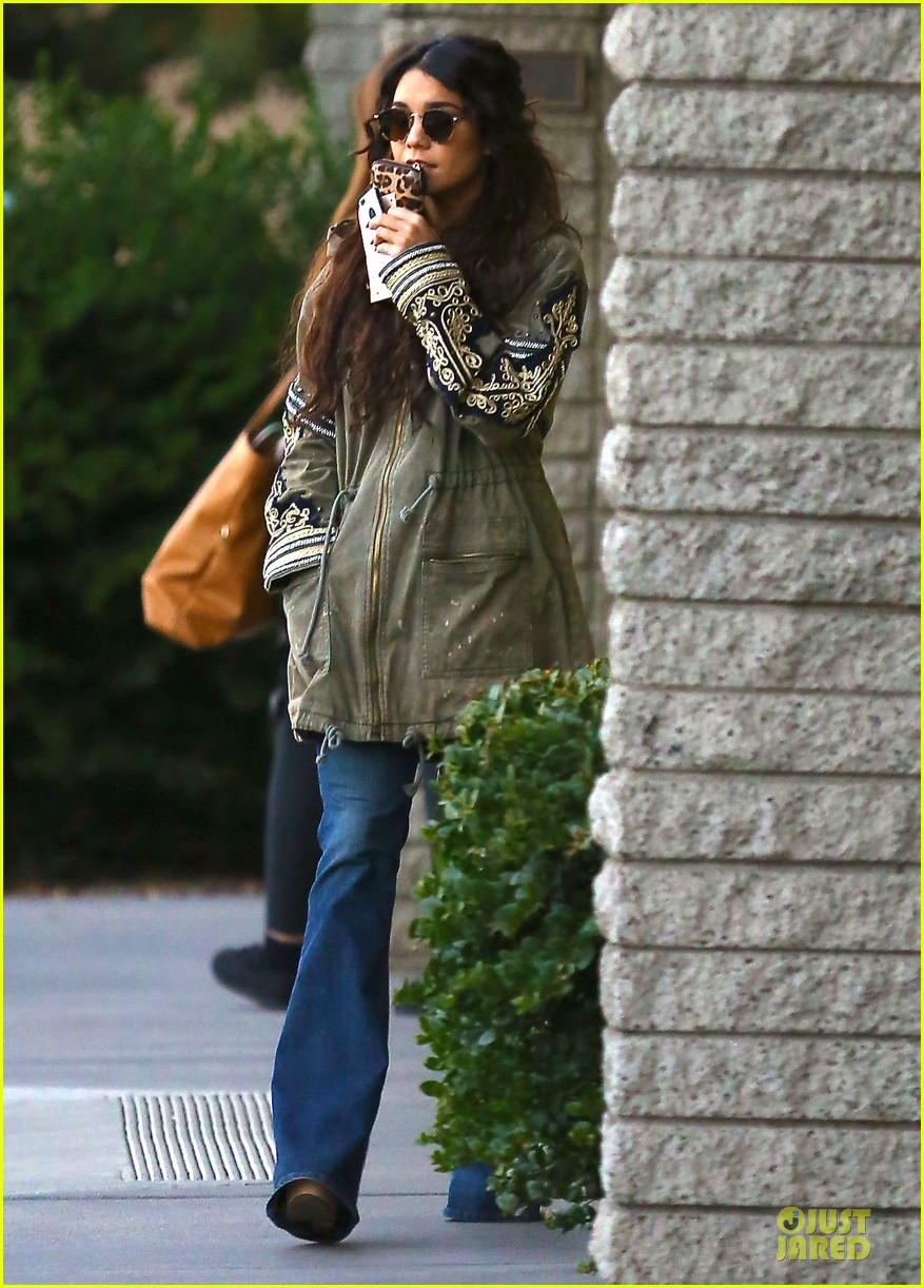 vanessa hudgens last minute holiday shopping at pet store 013016900