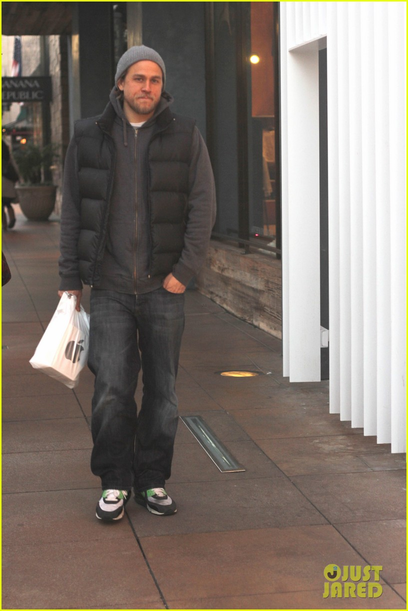 charlie hunnam holiday shops at the apple store 053010659