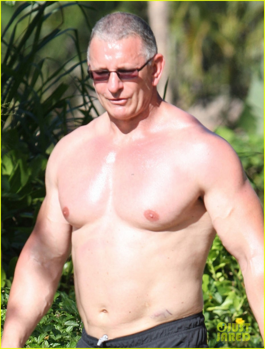 celebrity chef robert irvine goes shirtless in hawaii 02