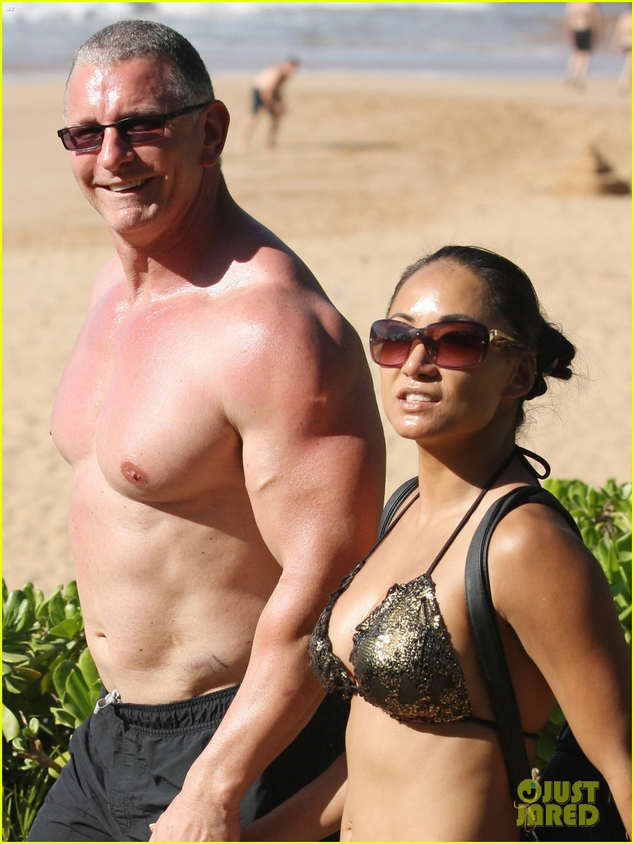 celebrity chef robert irvine goes shirtless in hawaii 08