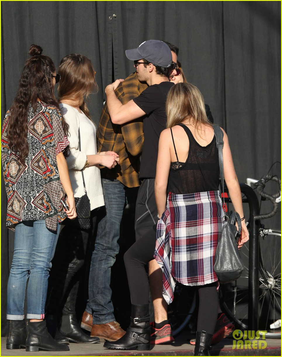 joe jonas jesse metcalfe lunch with their gals 10