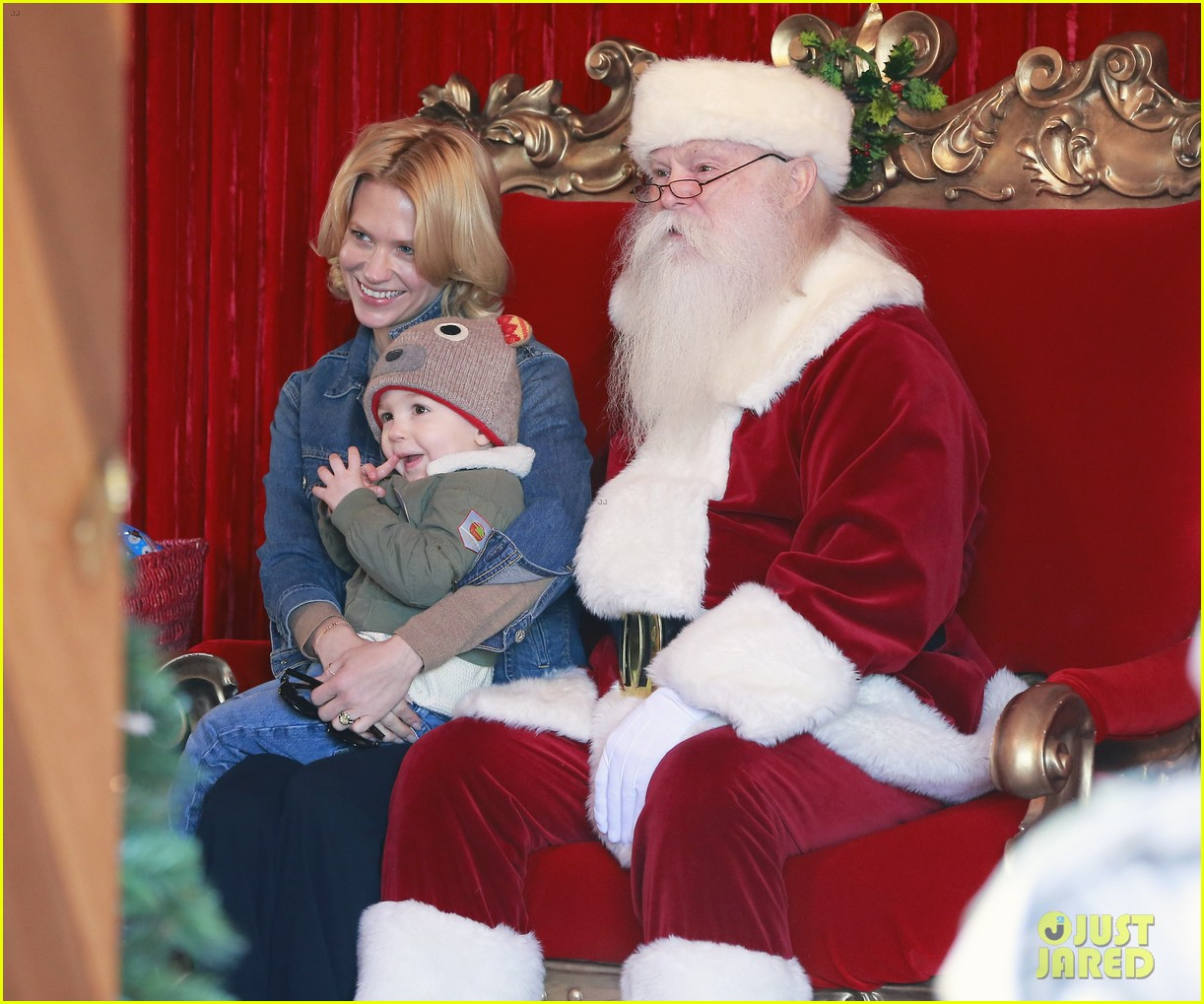 january jones takes xander to meet santa claus 04