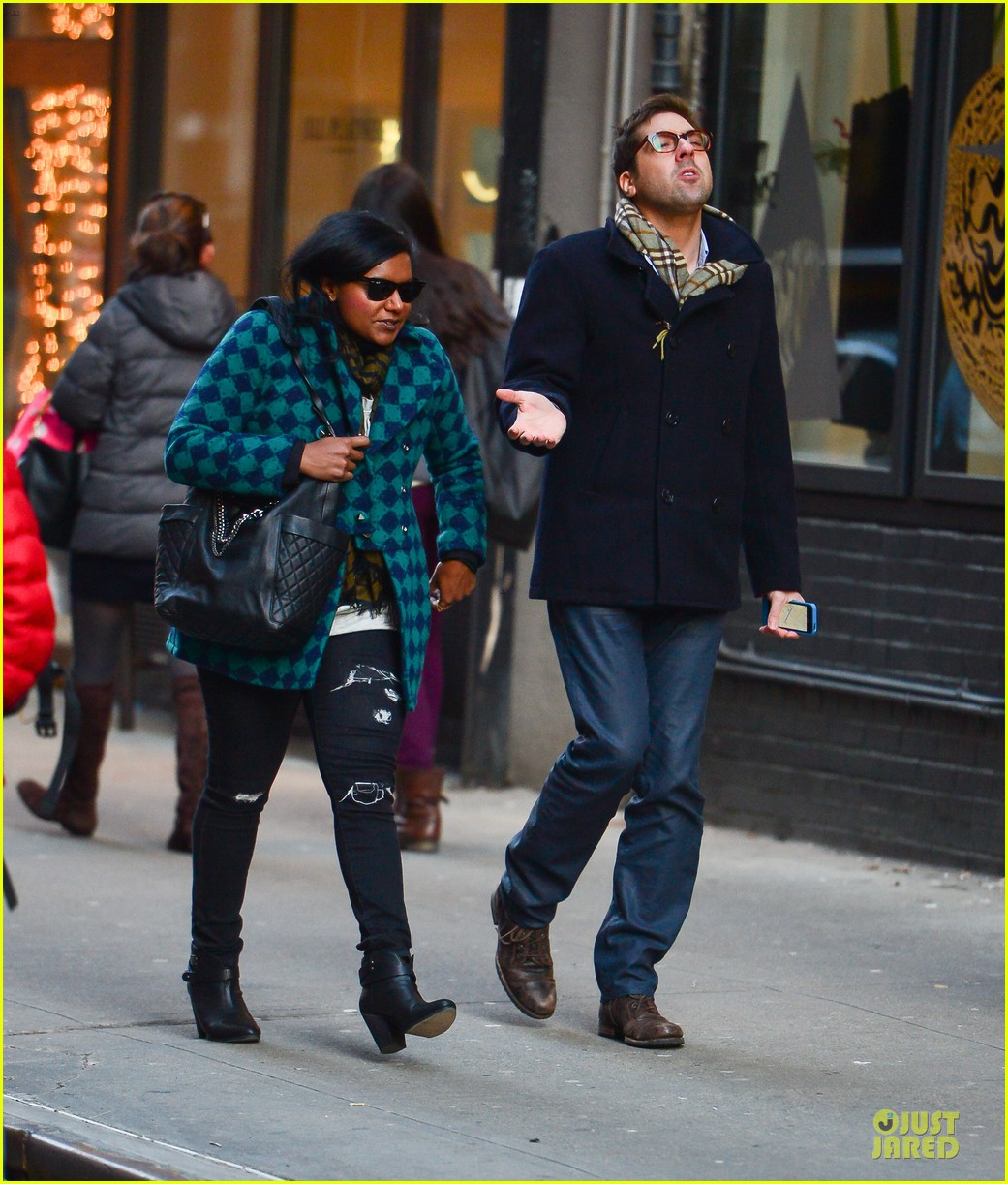 mindy kaling christmas eve stroll with male pal in nyc 01