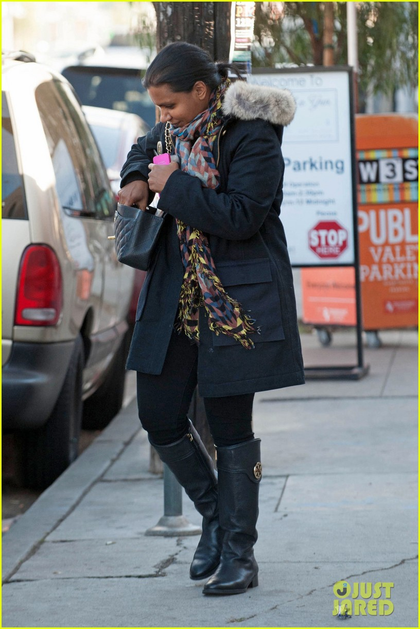 mindy kaling headed to new york for christmastime 053011272