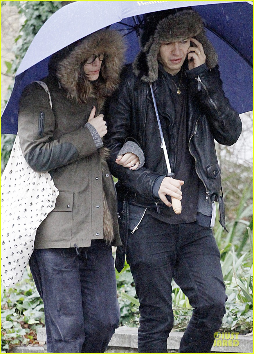 keira knightley james righton last minute holiday shopping 02