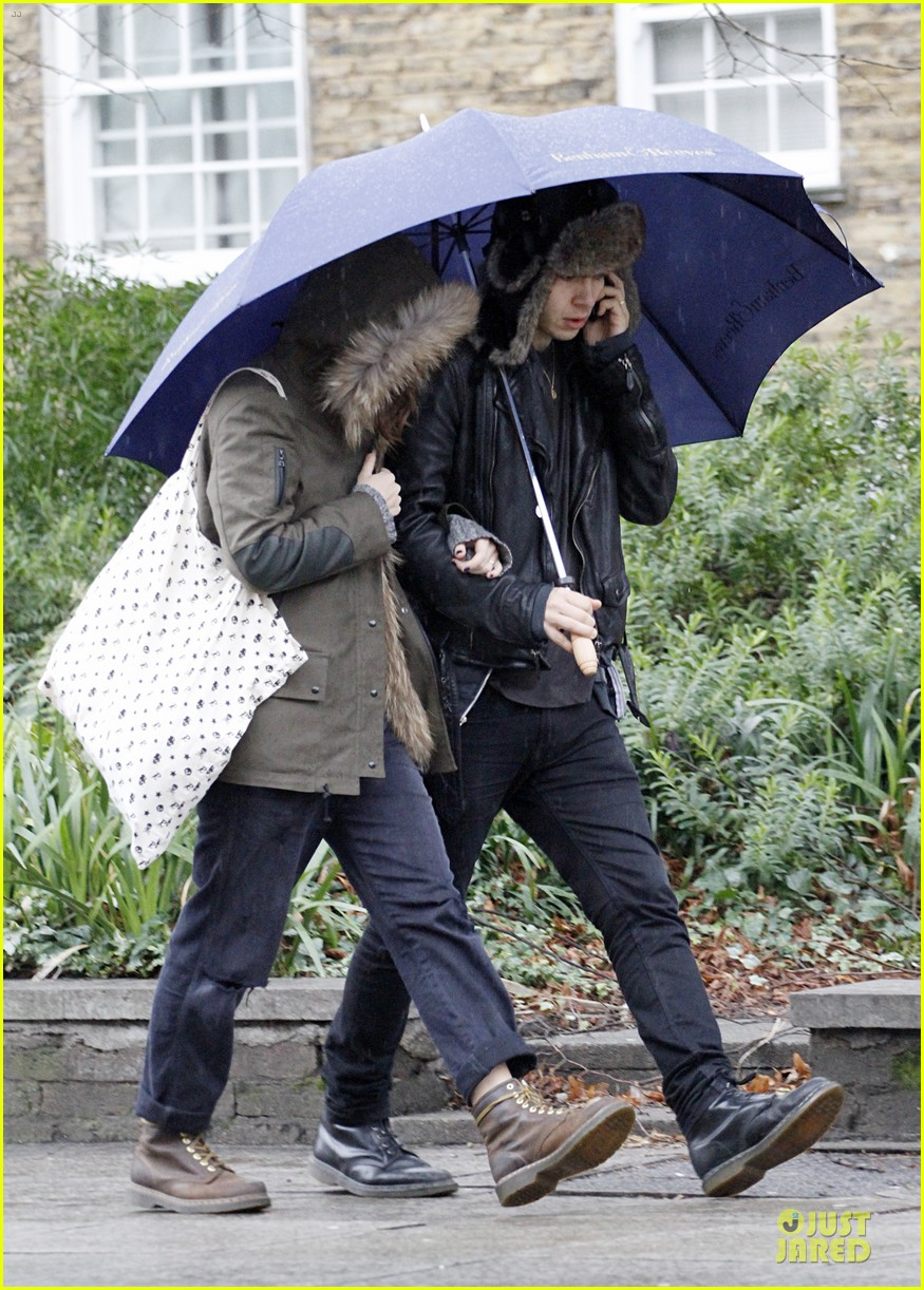 keira knightley james righton last minute holiday shopping 063016924