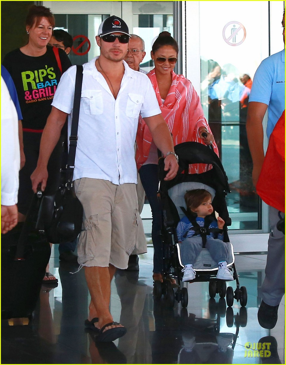 nick lachey cabo san lucas arrival with vanessa minnillo 013020084