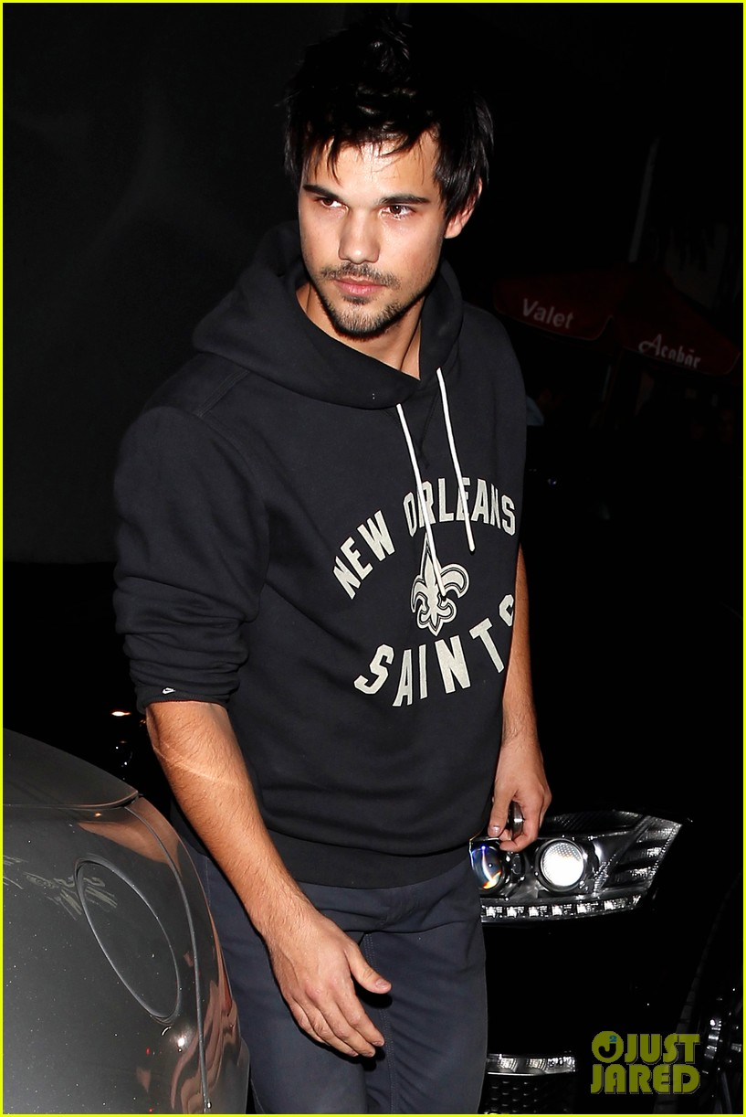 taylor lautner marie avgeropoulos acabar dinner date duo 07