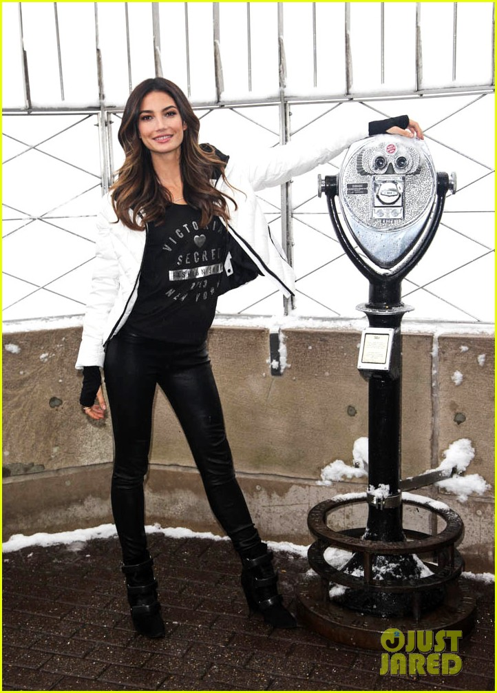 lily aldridge empire state building snow day 013009086