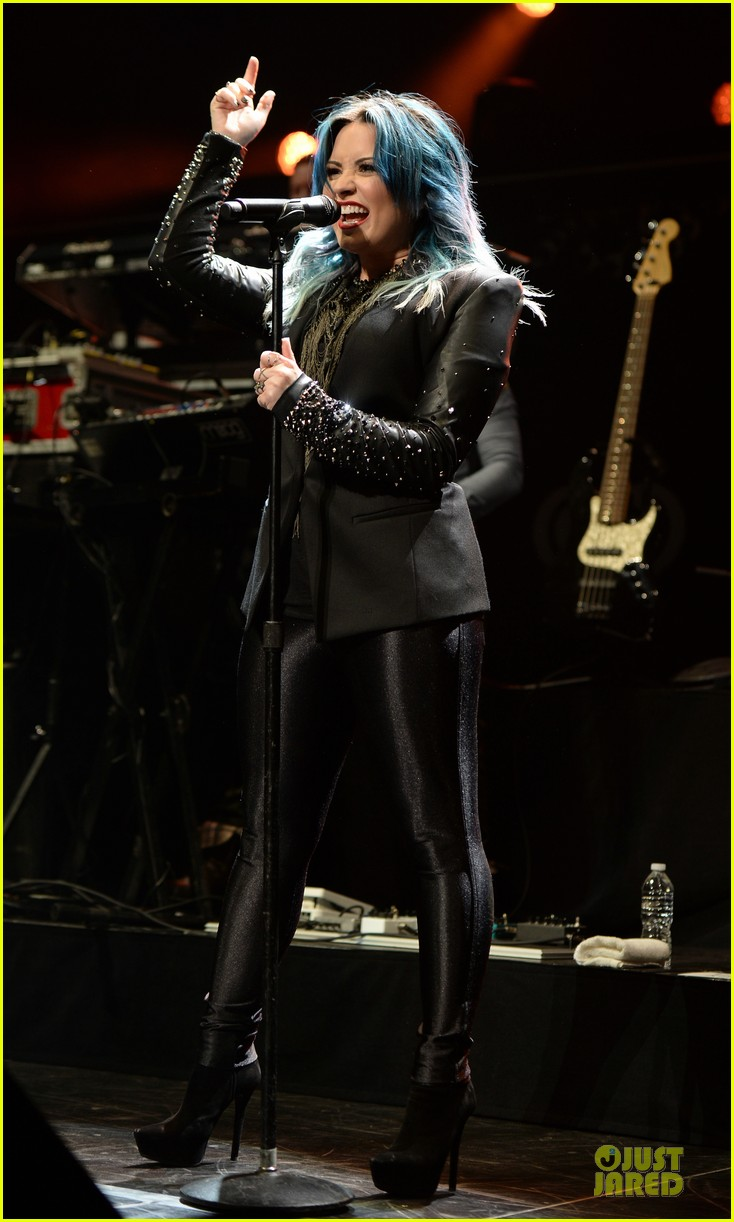 demi lovato performs at y100 jingle ball 2013 03