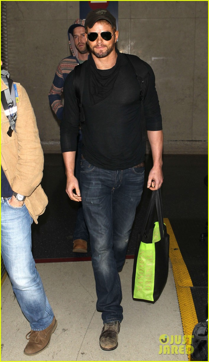 kellan lutz flies solo after plane ride with miley cyrus 08