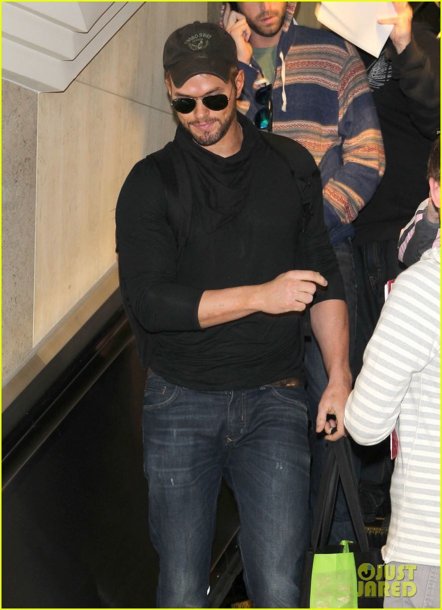 kellan lutz flies solo after plane ride with miley cyrus 12