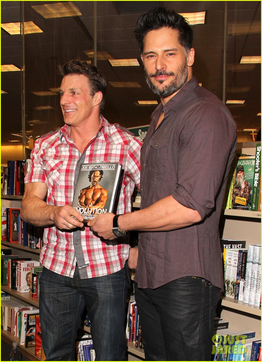 joe manganiello evolution barnes noble book signing 01