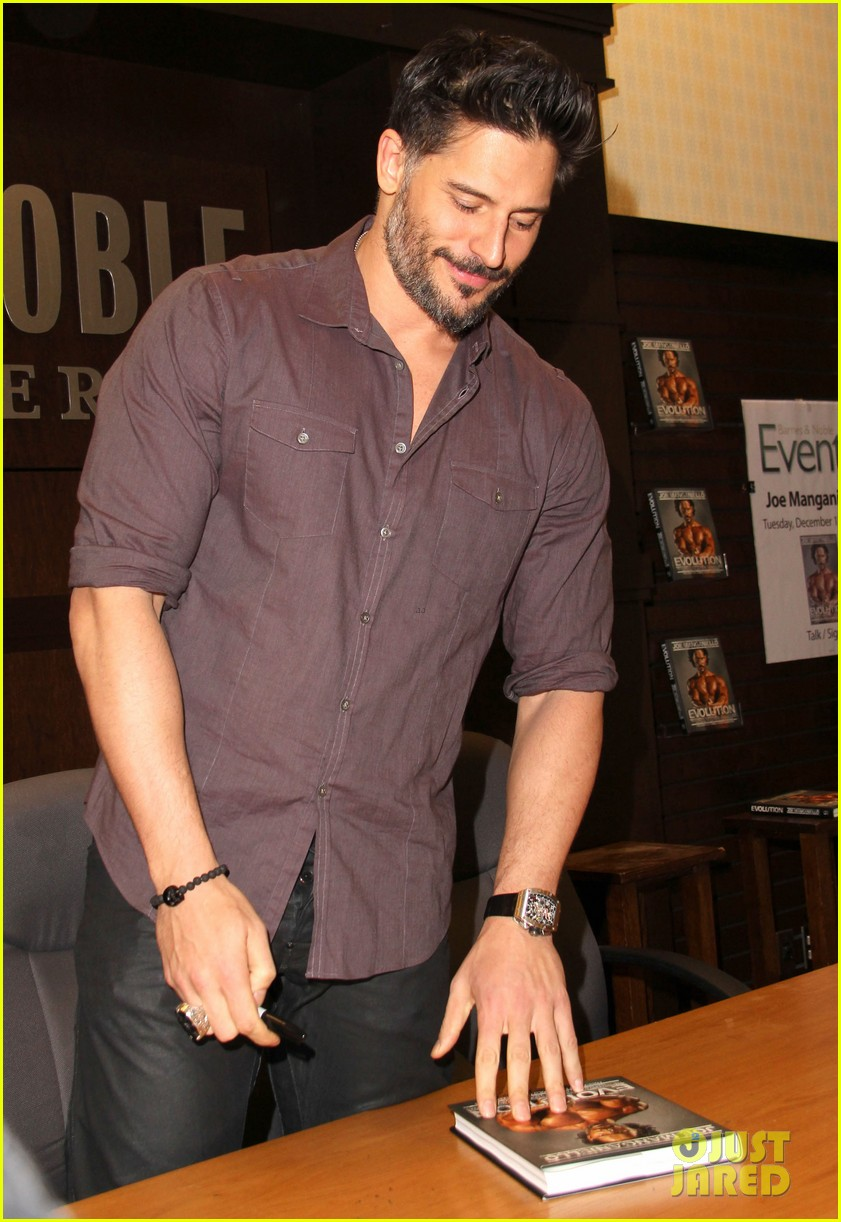 joe manganiello evolution barnes noble book signing 05