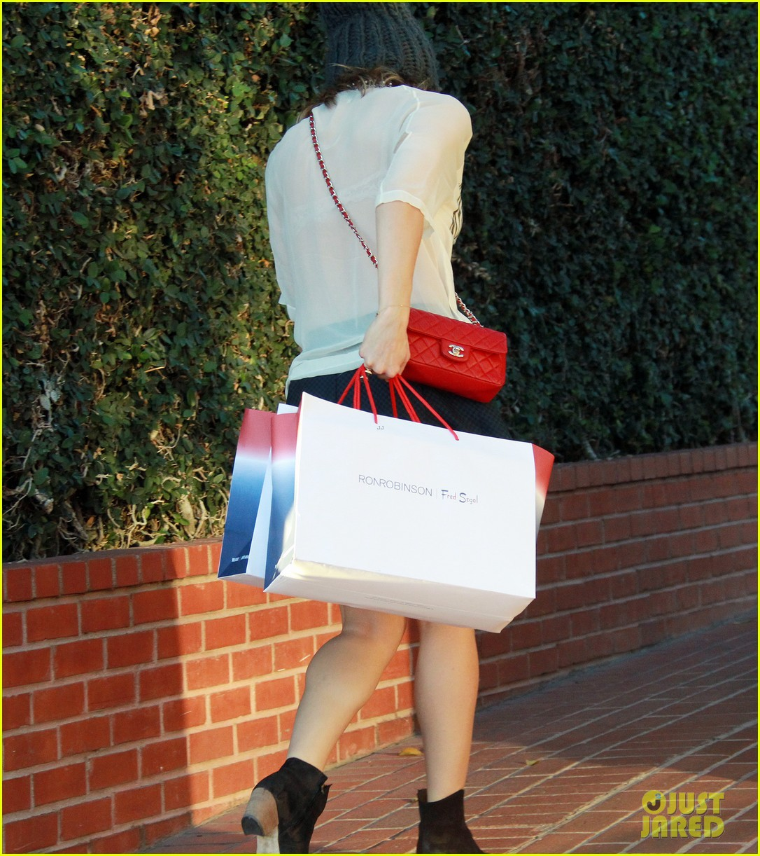 katharine mcphee finishes christmas shopping at fred segal 02