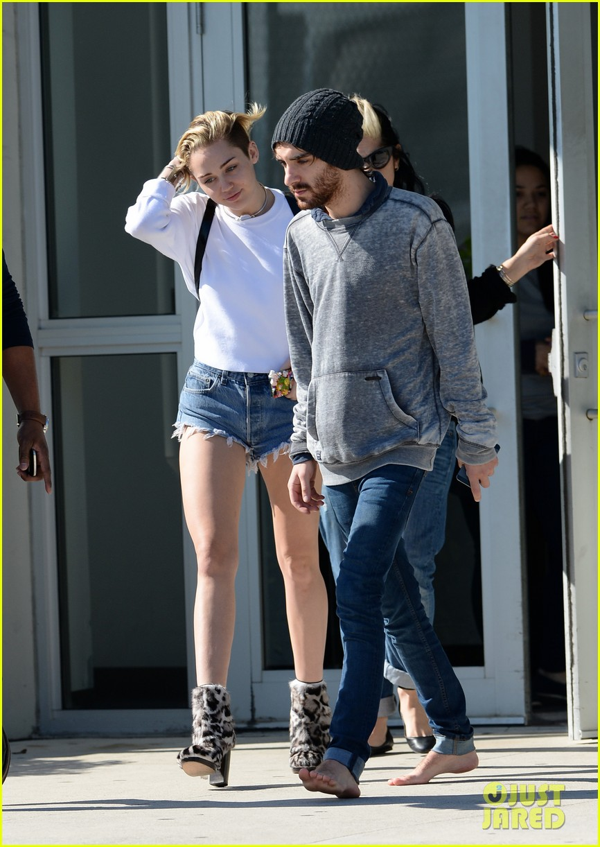 miley cyrus kellan lutz arrive on same private jet 103014252