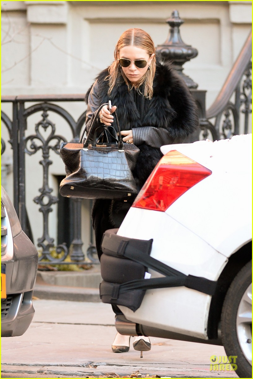 mary kate olsen sports ring on left ring finger 013011531