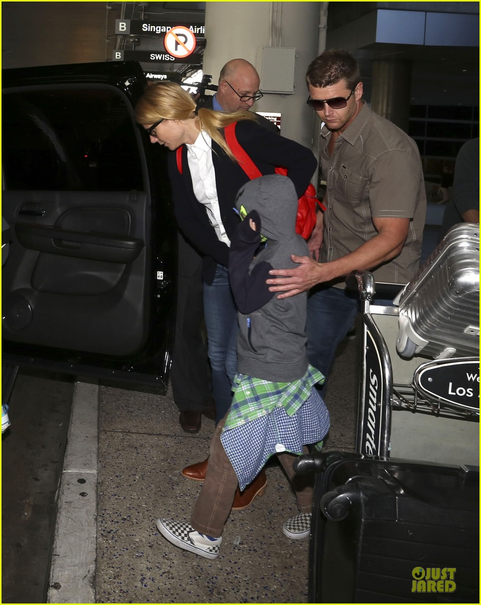 gwyneth paltrow chris martin lax arrival after christmas 05