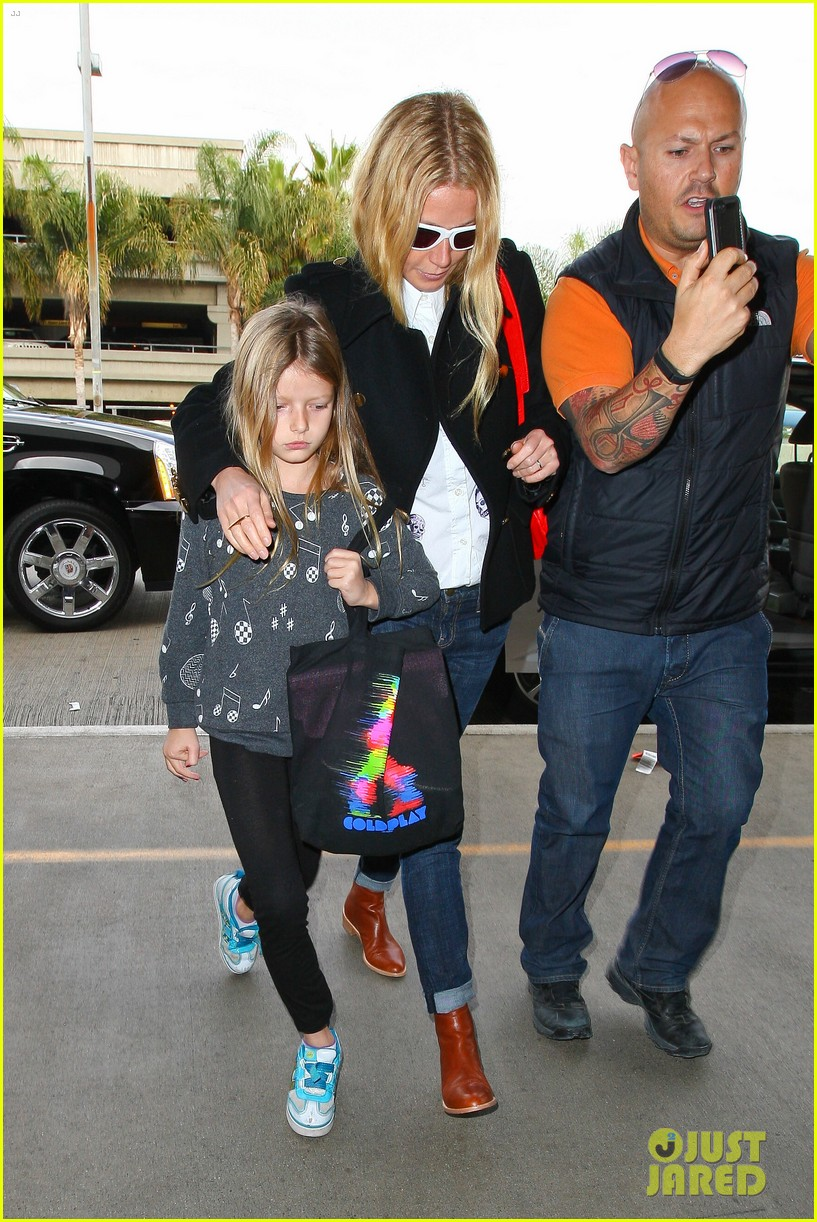 gwyneth paltrow rushes into lax airport with daughter apple 01