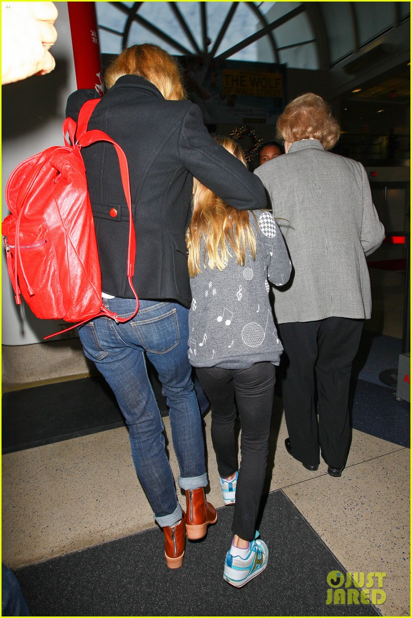 gwyneth paltrow rushes into lax airport with daughter apple 03