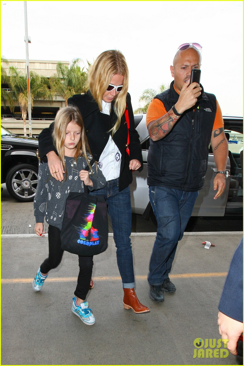 gwyneth paltrow rushes into lax airport with daughter apple 08