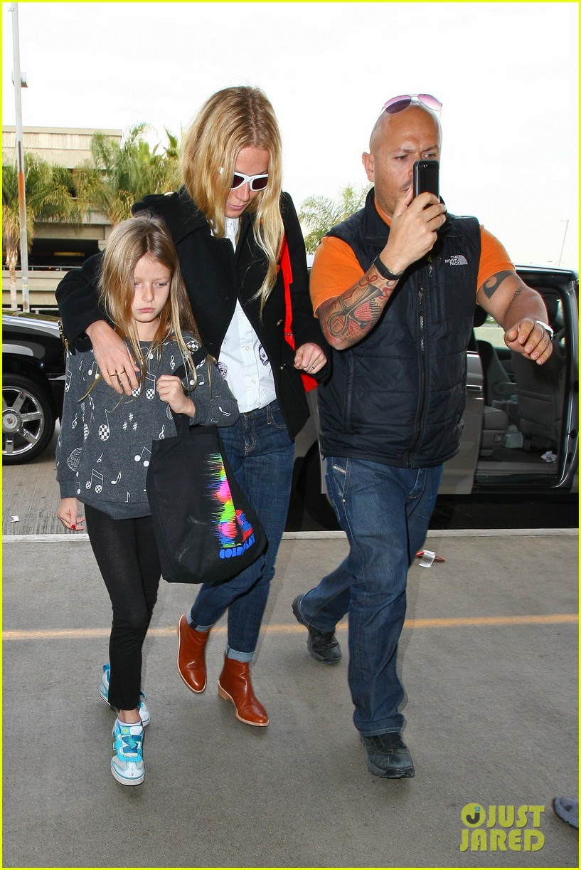 gwyneth paltrow rushes into lax airport with daughter apple 09