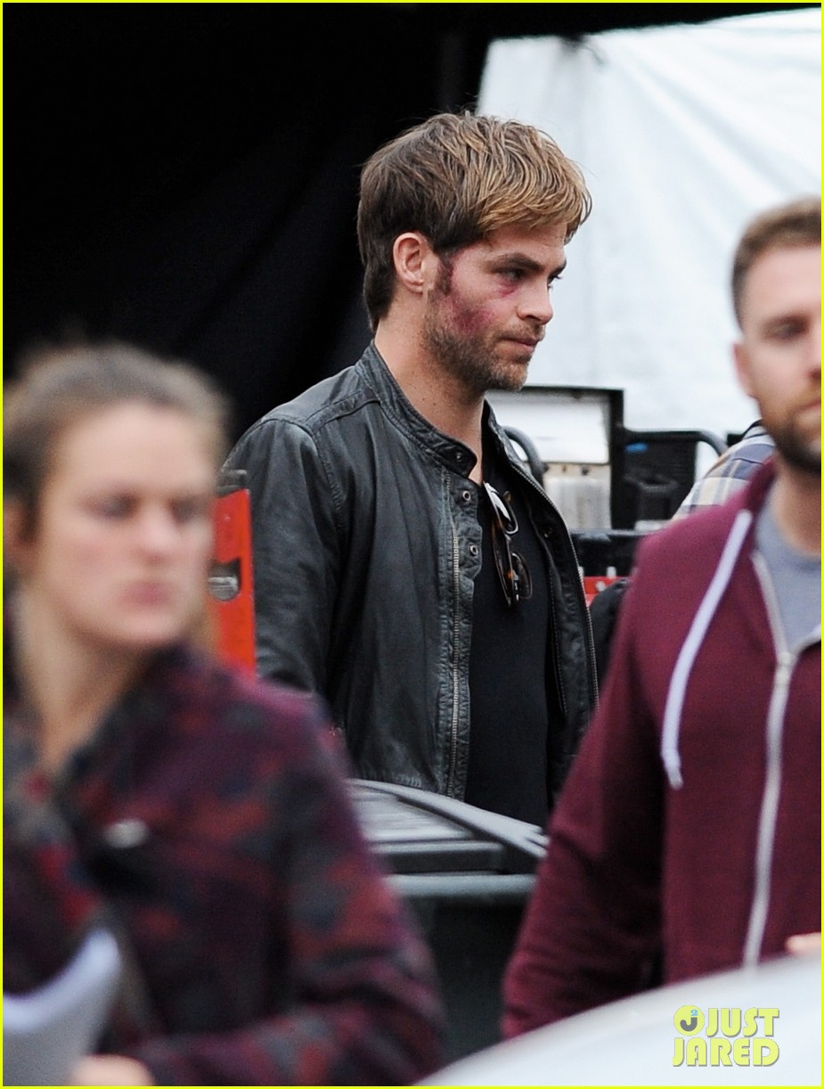 chris pine sports bruised bloodied face for horrible bosses 2 11