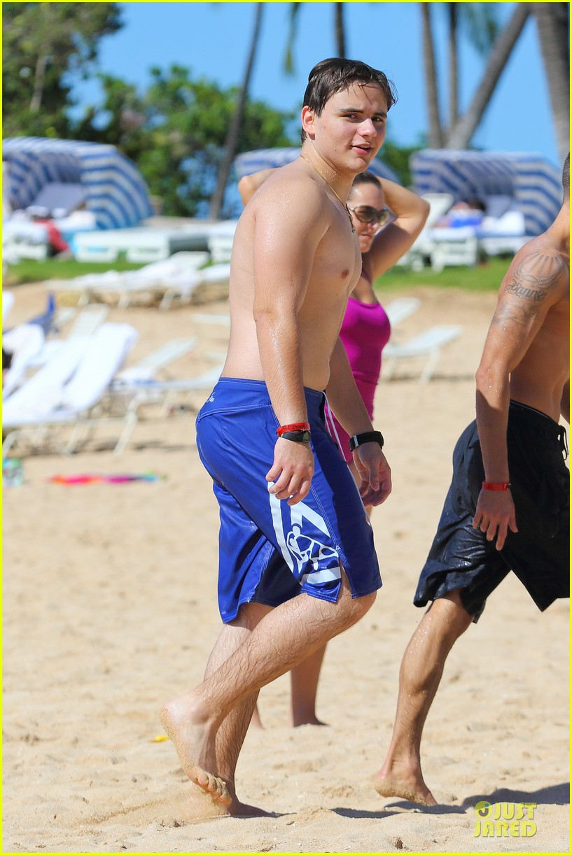 prince jackson shirtless holiday vacation in hawaii 01
